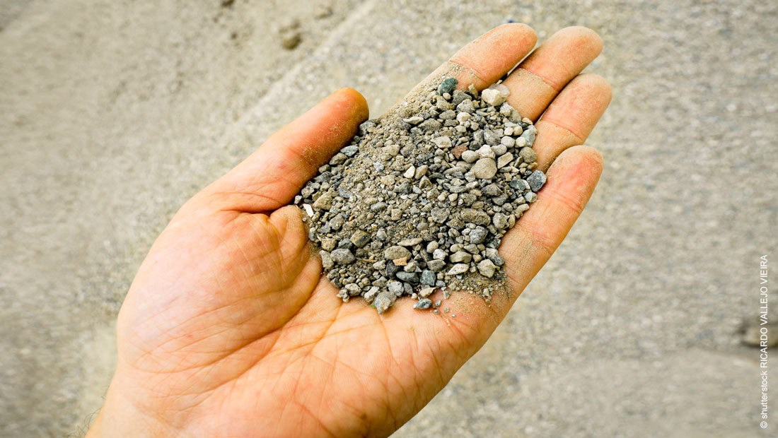 hand-with-grounded-concrete_shutterstock_mit_©-Ricardo-Vallejo-Vieira_1100x620px_1681004056_201222