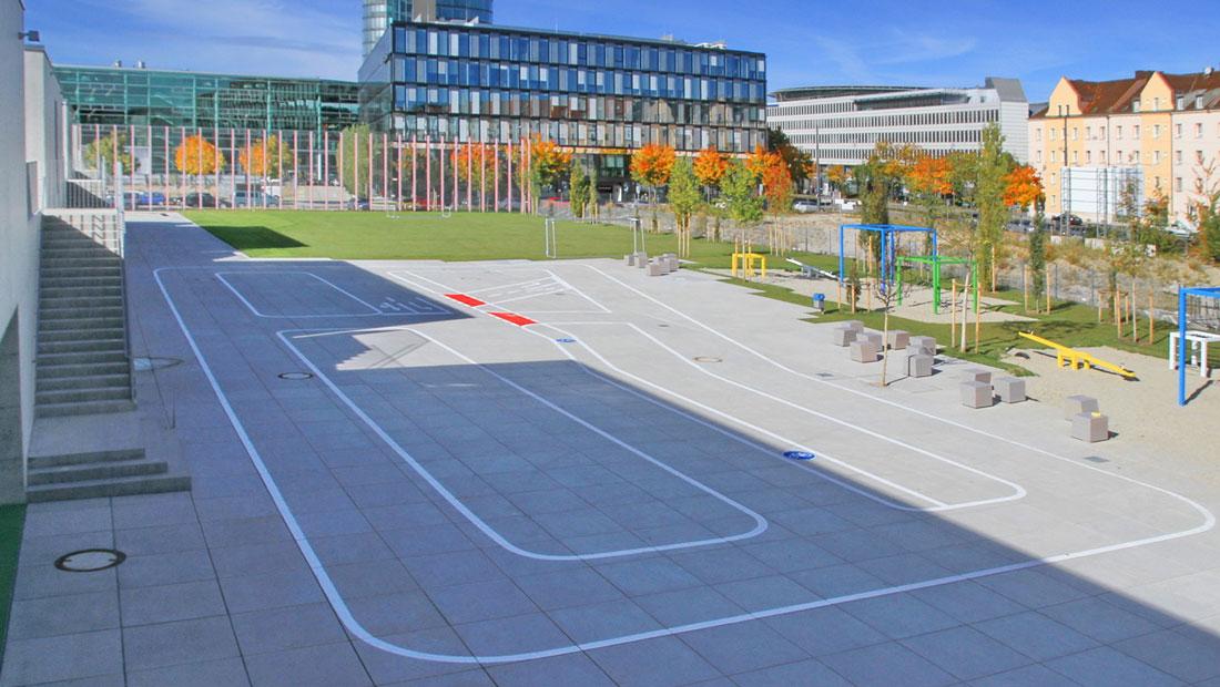 Moderne Platzgestaltung mit großformatigen Betonplatten